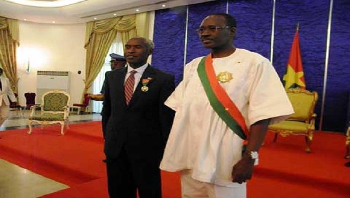 L'ambassadeur des Etats-Unis  (à gauche) portant fièrement sa décoration