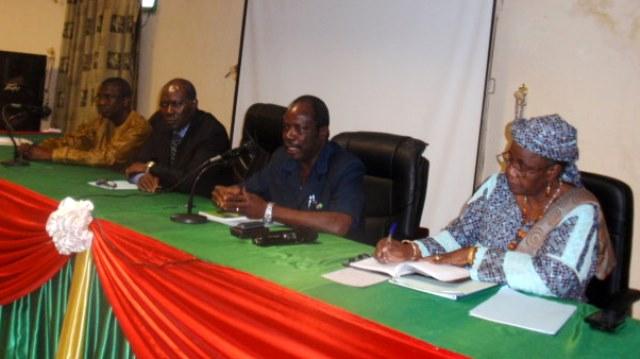Les conférenciers, au micro, le président Georges Lambert Ouédraogo