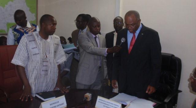 Le SG du gouvernement Alain Thierry Ouattara installant le ministre Alfa Oumar Dissa dans ses fonctions