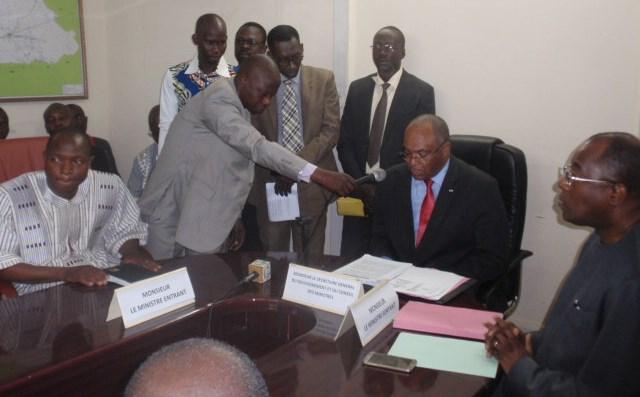 Le ministre entrant Alfa Oumar Dissa (à gauche ) et le ministre sortant Aboubacar Ba (à droite) pendant la passation de service