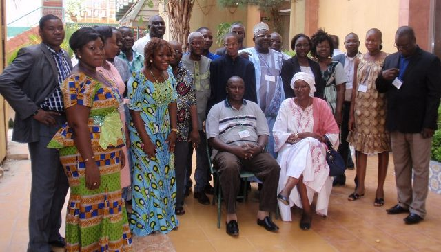 Photo de famille à l'ouverture de la formation le 25 avril à l'hôtel Palm Beach de Ouaga