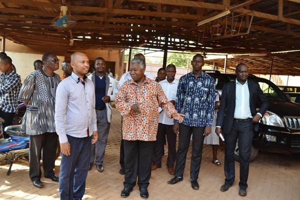 Le cinéaste Gaston Kabore présentant au ministre Barry son l'Institut Imagine