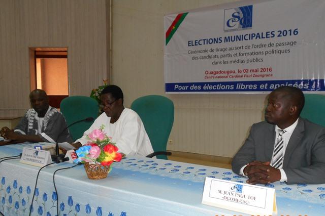 Le présidium lors de la cérémonie de tirage au sort du passage des candidats et partis dans les médias publics