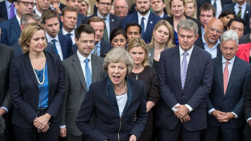 Ci-devant Theresa May, nouvelle Premier ministre britannique, entourée ici de ses fidèles