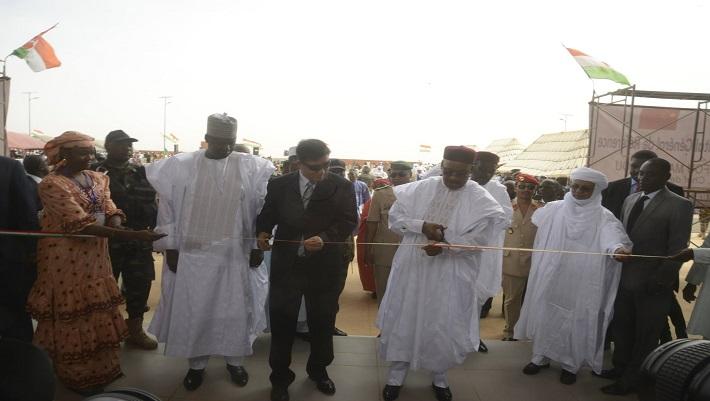 Le président nigérien coupant symboliquement le ruban