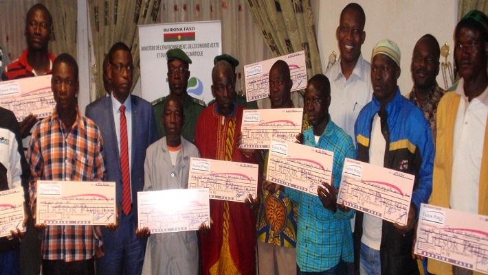 Photo de famille des heureux bénéficiaires des chèques avec les officiels