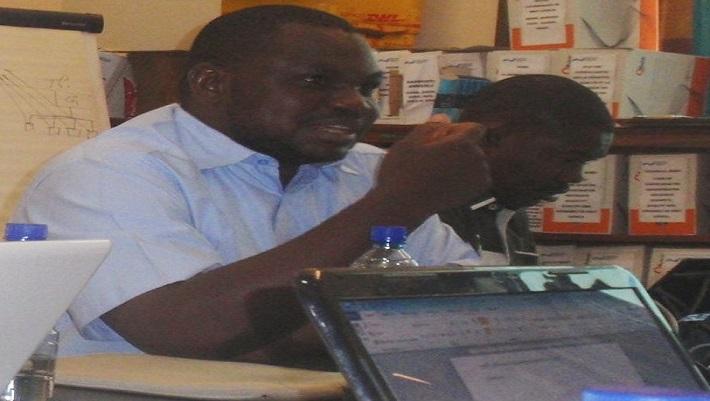Le concepteur de systèmes numériques, Salifou Déné, présentant la plateforme virtuelle du PROGIS-AO