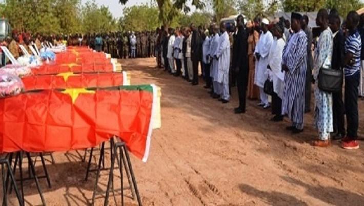 Des Burkinabè se recueillant le 20 décembre 2016 sur les dépouilles des 12 soldats